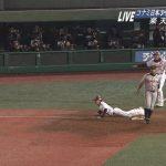 野球のランナーとボールが同時!ルールではアウトとセーフのどっち?